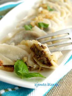 Pierogi ukraińskie – Zjem to! Czech Recipes, Ethnic Recipes, Good Food, Yummy Food, Polish Recipes, Group Meals, Appetisers, Dumplings, Appetizer Recipes