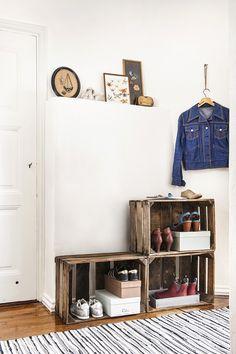Eteisen sisustus pantiin uusiksi ilman perinteisiä vaatekaappeja tai kenkätelineitä. Puulaatikot toivat kaivattua järjestystä. Magazine Rack, Ikea, Cabinet, Storage, Furniture, Home Decor, Clothes Stand, Purse Storage, Closet