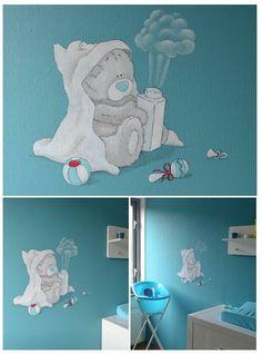 Me to you beertje op blauwe muur | muurschildering | babykamer | www.groeneballon.nl | Den Haag