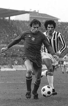 Juventus-Ajax 1-0. Hier is Jan Mulder (l) van Ajax in duel met Morini van Juventus tijdens de vanavond in Turijn gespeelde wedstijd. Turijn, 27 november 1974