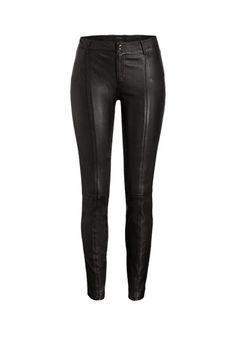 Unheimlich feminin und mit dem gewissen Etwas präsentiert sich diese Lederhose.