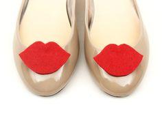 Adornos para zapatos - shoe clips red felt lips Kiss Me - hecho a mano en DaWanda.es