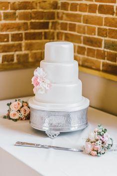 Wedding cake table - 20 Wedding Planning Tips To Better Organise Your Wedding Day – Wedding cake table Rustic Wedding, Wedding Reception, Wedding Day, Dessert Wedding, Wedding Photos, Cake Wedding, Wedding White, Wedding Portraits, Make Your Own Wedding Cakes