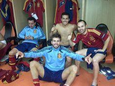 UEFA Euro 2012 - Andres Iniesta via facebook aus der Kabine der Spanier, nachdem sie im Elferschiessen gegen Portugal gewonnen haben und nun im Finale stehen. :-)