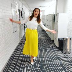 """Kerttu Kotakorpi on Instagram: """"Tästä näin hyppy! Hyvää perjantaita ja alkavaa viikonloppua! Täältä laitetaan tuutin täydeltä auringonpaistetta ja pakkaspäiviä tulemaan!…"""" Waist Skirt, Midi Skirt, High Waisted Skirt, Skirts, Instagram, Fashion, High Waist Skirt, Moda, Skirt"""