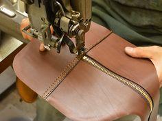 2~3泊程度の旅行で使えるレザーボストン。シンプルなデザインなので、使い込んだ時の革の変化を楽しめます。外縫いでガッチリとしたボストンバッグを旅の相棒にしてみては。
