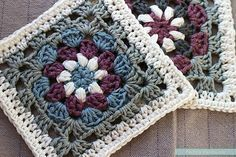 This granny square has a lovely design and is made in stunning color combinations!