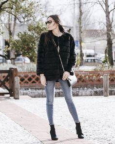 Faux fur, washed up jeans n' boots. Easy 🙌  Há novo post no blog, com mil e um casacos fofinhos. ✨💕 #fauxfur love . . . . #stylerunner…