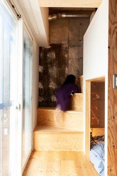 上は遊び場兼荷物置き/下は寝室。窓の位置の関係で階段は急ですが、小さなお子さんでもちゃんと登っています。 #G様邸新御徒町 #ロフト #ロフトアイデア #寝室 #ベッド #ベッドルーム #階段 #収納 #階段下収納 #狭小住宅 #インテリア #EcoDeco #エコデコ #リノベーション #renovation #東京 #福岡 #福岡リノベーション #福岡設計事務所 Alcove, Life