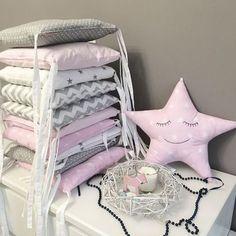 Купить или заказать Бортики-подушки для детской кроватки. в интернет-магазине на Ярмарке Мастеров. Комплект для детской кроватки из отдельных мягких подушек на завязках. Выполнены из разных тканей, переставляя подушки можно менять дизайн. Цена указана за 8 подушек на три стороны кроватки. 8 подушек на три стороны - 3500 руб ( 5000 руб со съемными чехлами на молнии.) 12 подушек на весь периметр - 5000 руб(7000 руб со съемными чехлами на молнии) Дополнительная опция - съемные чехлы на молнии.