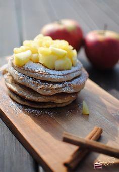 Vanille Zimt Pancakes mit Bratapfelkompott  http://sweetpie.de/2014/10/06/vanille-zimt-pancakes-mit-bratapfelkompott-buchvorstellung-fraulein-klein-ladt-ein/