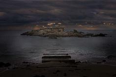 L'île Percée accessible à marée basse depuis la côte de Moëlan sur Mer. Finistère, Bretagne.