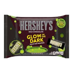 Through Halloween, special packages of snack size Reese's Peanut Butter Cups, Kit Kat, and Hershey's Milk Chocolate bars will glow in the dark. Halloween Snacks, Halloween Candy, Halloween Parties, Halloween Cupcakes, Adult Halloween, Halloween Season, Halloween 2017, Hershey Milk Chocolate Bar, Schokolade
