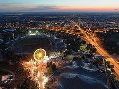 Vista do Estádio Olímpico de Munique, Alemanha, situado no coração do Parque…