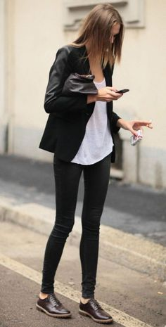 Look de moda: Blazer negro, Camiseta sin manga blanca, Leggings negros, Zapatos oxford de cuero en marrón oscuro Milan Fashion Week Street Style, Milano Fashion Week, Spring Street Style, Street Chic, Spring Style, Look Fashion, Spring Fashion, Winter Fashion, Womens Fashion
