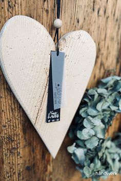 """Dieses wunderschöne Altholzherz mit individuell angefertigten Hangtag: """"IHR ZWEI. passt!"""" ist ein perfektes Hochzeitsgeschenk."""