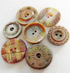 Vintage carved MOP buttons in beautiful shades of peach, cream and brown. Button Cards, 1 Button, Mother Of Pearl Buttons, Mother Pearl, Sewing A Button, Sewing Notions, Vintage Buttons, Vintage Sewing, Haberdashery