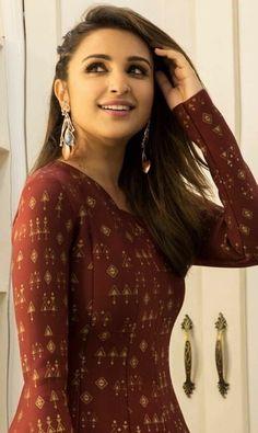 Parineeti Chopra is an Indian actress and singer who appears in Hindi films. Bollywood Photos, Indian Bollywood, Bollywood Celebrities, Bollywood Fashion, Indian Celebrities, Beautiful Bollywood Actress, Most Beautiful Indian Actress, Beautiful Actresses, Parineeti Chopra