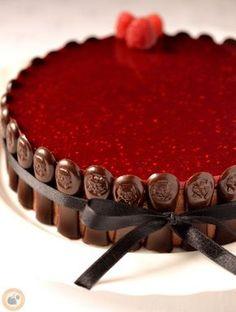 Apa születésnapjára készült ez a torta. A kiindulópont a málna & csoki örökzöld párosa volt: készültek ropogós kakaóbabtörettel gazda...