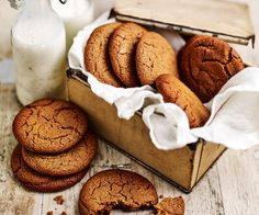 These cookies, basking in the warm glow of spices like ginger and cinnamon, are the quintessential tea-time treat. Baking Recipes, Cookie Recipes, Dessert Recipes, Desserts, Chocolate Filling, Biscuit Cookies, Chocolate Recipes, Cookie Decorating, Gourmet