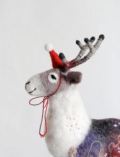 Fühlte sich rentieren. Weihnachts-Geschenk. Kunst-Marionette, Marionette, fühlte sich Hirsche, Stofftier, handgemachte gefilzte Spielzeug ---------------------   Dieser Artikel ist MADE TO ORDER. Bitte erlauben Sie 2-3 Wochen zum Abschließen Ihrer Bestellung (ich bin derzeit mit Aufträgen überwältigt) + zusätzliche Zeit für den Versand (2-4 Wochen). Vielen Dank allen für eure Geduld!!!  Dieses sanfte Rentier ist absolut bezaubernd. Reinhold sieht so nett und freundlich und ist gerade…
