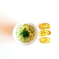 Zupa krem z ogórków. Pycha  Przepis: - 3 ogórki świeże - 1 duży jogurt naturalny - 2 serki naturalne topione - 2szklanki wody - 2 kostki rosołowe - koperek - grzanki Przygotowanie: Wlewamy wode do garnka i wrzucamy kostki rosołowe. Ogórki tarkujemy i wrzucamy do garnka. Wszystko razem gotujemy. Jak ogórki zmiękną dodajemy jogurt naturalny i serki. Chwile gotujemy. Nastepnie wszystko razem blendujemy. Gotujemy jeszcze chwilę i dodajemy koperek. Smacznego