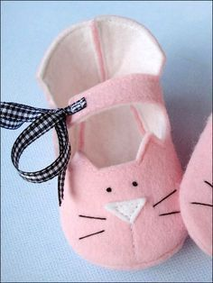 Kitty Baby Booties - Crafting By Holiday Baby Shoes Pattern, Shoe Pattern, Baby Patterns, Sewing Patterns, Clothes Patterns, Dress Patterns, Sewing For Kids, Baby Sewing, Felt Baby Shoes