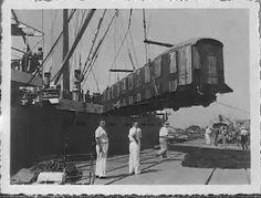 """Het lossen van een personenwagon in de haven van Priok vanaf het m.s.""""GAROET"""" in juli 1948."""