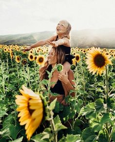 How to Take Better Photos of Your Kids when Traveling. Find a sunflower field Sunflower Field Photography, Autumn Photography, Photography Poses, Family Photography, Pictures With Sunflowers, Sunflower Field Pictures, Sunflower Feild, Sunflower Patch, Mommy And Me Photo Shoot