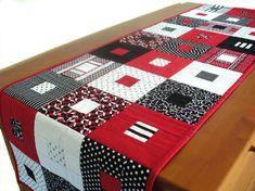 Chemin de table géométrique contemporain matelassé ou Tenture murale en coton rouge, noir et blanc