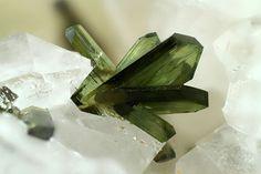 Olivenite. Grube Clara, Wolfach, Schwarzwald, Deutschland Taille=1.36 mm Photo Matteo Chinellato / Collection Domenico Preite