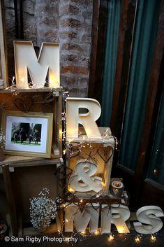 Mr and Mrs signage Hotel Wedding, Signage, Photography, Photograph, Fotografie, Billboard, Photoshoot, Signs, Fotografia