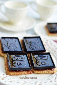 Bonbon mánia: Csokoládés keksz vörösboros szilvalekvárral - VKF! 60. fordulójára Barware, Cookies, Crack Crackers, Biscuits, Cookie Recipes, Cookie, Biscuit, Tumbler