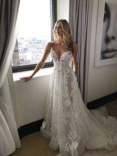 Elegant Floor Length A Line Tulle Lace Appliques Wedding Dress with Spaghetti Straps
