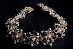 Tiara ou porta coque,com motivo de flores,com perolas ,confeccionada em trama em fio finíssimo folhada a ouro.  Outras opções de folhado.. R$ 299,00