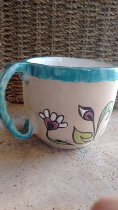 cada taza tiene mismo motivo, diferentes colores.