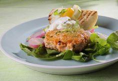Gresk agurksalat og lettkokte reddiker er lekkert følge til en mild lakseburger - som selv fiskevegrende barn vil like.