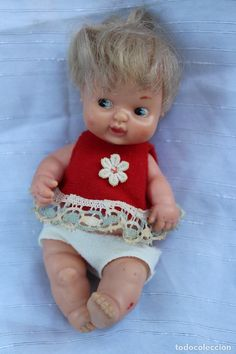 ANTIGUA BARRIGUITA PELO LISO CAMISETA ROJA CON FLOR Vintage Dolls, The Originals, Crochet, Baby, Stars, Collection, Antique Dolls, Flower, Straight Hair