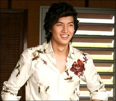 Actor Lee Min-ho sports a floral shirt by Kenzo Homme in Boys over Flowers. Lee Min Ho Boys Over Flowers, Boys Before Flowers, Lee Min Ho Kdrama, Lee Min Ho Photos, Best Kdrama, Ji Hoo, Kim Bum, Kdrama Actors, Korean Star