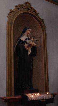 Mayo 22: Santa Rita de Cascia. Oración: Te pedimos, Señor, que nos concedas la sabiduría y la fortaleza de la cruz, con las que te dignaste enriquecer a santa Rita, para que, compartiendo en las tribulaciones la pasión de Cristo, podamos participar más íntimamente en su misterio pascual. Por Jesucristo, nuestro Señor. Amén. Foto: Templo de Minerva, #Assís, #Umbría, #Italia #Santoral