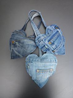 Me fascinan las cosas hechas con tela de jeans! Lindos Corazones...