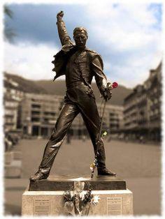 """Freddie Mercury. Montreux, Suiza. La estatua más popular del líder de Queen, Freddie Mercury, se encuentra a orillas de un lago de la ciudad suiza de Montreux, donde el cantante vivió durante varios años. Allí grabó con el grupo Queen su último álbum, titulado """"Made in Heaven"""", y su estatua simboliza el vínculo especial que le unió a esta ciudad."""