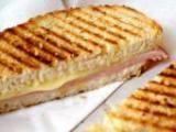 Recette minceur de Croque monsieur allégé, Plat diététique avec comme ingrédients : pain de mie (harry's ou Jacquet), fromage blanc o%, gruyère râpé, tomate, jambon blanc dégraissé