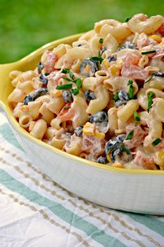 Macaroni Salad This Mexican Macaroni Salad is a very versatile summer salad perfect for picnics and barbecues. This recipe is a keeper!This Mexican Macaroni Salad is a very versatile summer salad perfect for picnics and barbecues. This recipe is a keeper! Healthy Recipes, Mexican Food Recipes, Cooking Recipes, Healthy Food, Mexican Macaroni Salad, Macaroni Salads, Mexican Pasta, Mexican Salads, Macaroni Pasta