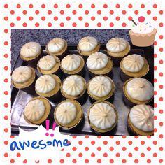 Cupcakes de vainilla y chocochips con frostin de queso crema rociado en color dorado.