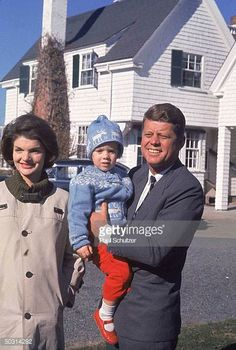 Presidential candidate John F. Kennedy holding his daughter Caroline w. his wife Jackie outside family's home on Election Day. Get premium, high resolution news photos at Getty Images Caroline Kennedy, Jacqueline Kennedy Onassis, Jackie Kennedy Style, Les Kennedy, John Kennedy, Sweet Caroline, Die Kennedys, Costume Gris, Familia Kennedy