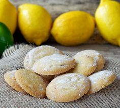 Low Carb Rezept: Limetten-Mandel-Kekse Eigentlich sind es einfache Mürbeteig-Plätzchen, doch das Mandelmehl und die frische Limette verleihen den Keksen eine ganz besondere Note. Und es gibt noch einen Grund zur Freude: Die kleinen Leckereien sind kalorienarm und glutenfrei!