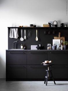 Een zwarte keuken is niet alleen modern, maar ook modieus, elegant en strak | IKEA IKEAnl IKEAnederland wooninspiratie inspiratie diner koken eten zwart antraciet METOD keuken BOSJÖN keukenmengkraan FINTORP stang KUNGSBACKA serie MOSSLANDA schilderijenplank BORGHAMN handgreep trendy hip design pet duurzaam recycling sustainable