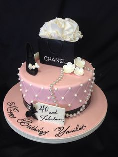 40 and fabulous Chanel cake Chanel Torte, Bolo Chanel, Chanel Cake, Chanel Birthday Cake, 40th Birthday Cakes, Birthday Cakes For Women, Birthday Money, Birthday Parties, Pretty Cakes