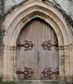 Oh my heart!  I want a home fit for a castle door such as this!  I'm pretty sure I've drawn that exact shape of the hinge in some of my Narnian-based designs.  -KWA